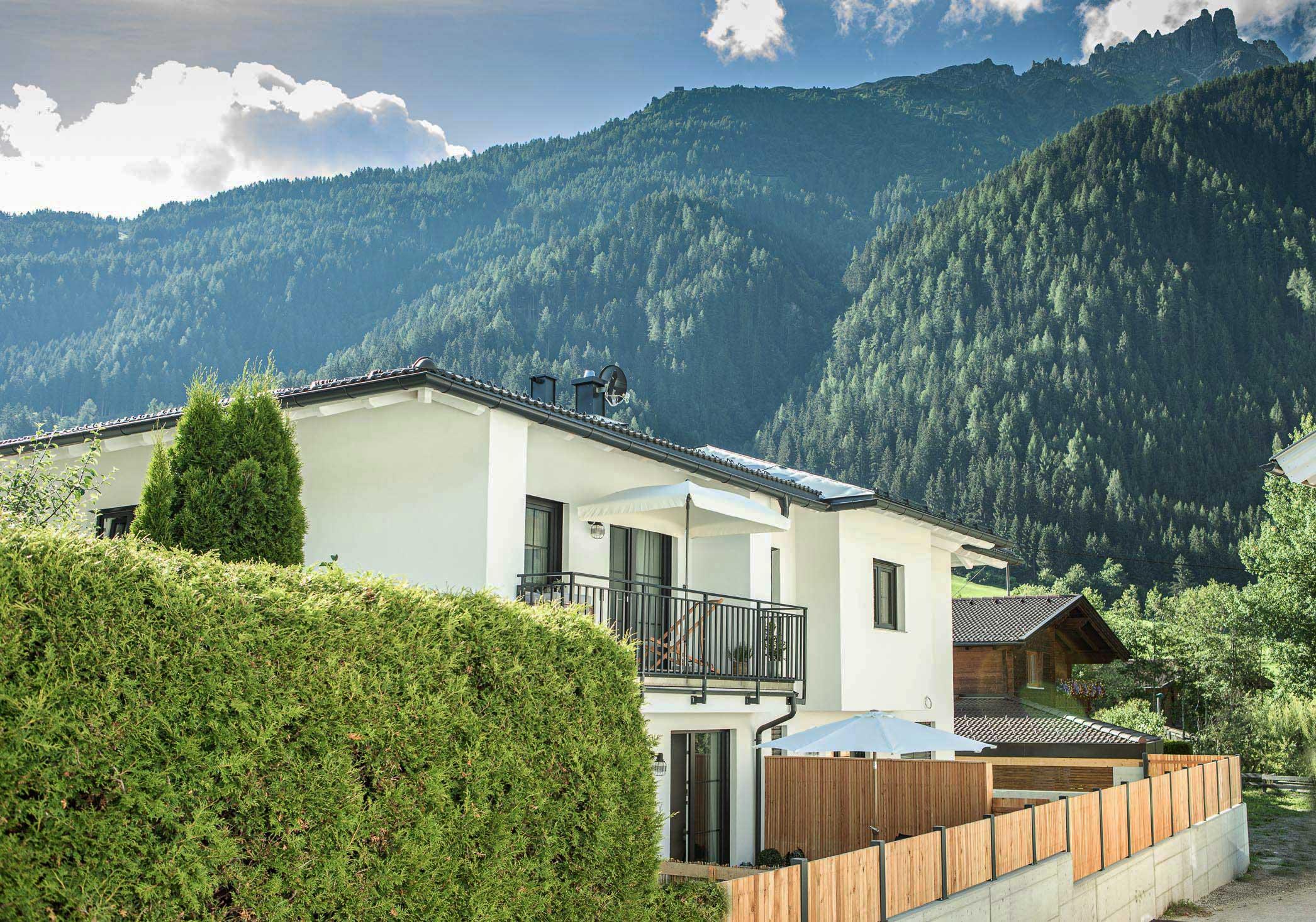 Außenansicht mit Balkon und Garten apartment Oskar